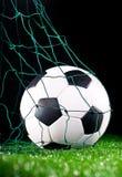 De bal van het voetbal in de netto poort Stock Foto's