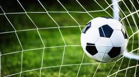 De bal van het voetbal in doel Stock Foto
