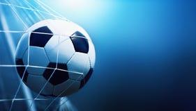 De bal van het voetbal in doel stock foto's