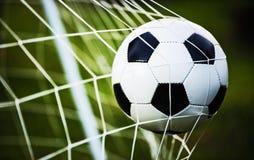 De bal van het voetbal in doel Stock Afbeelding