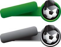 De bal van het voetbal met hoed op overgehelde bannermalplaatjes Stock Afbeeldingen