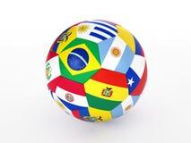 De bal van het voetbal met vlaggen van de landen van Zuid-Amerika Royalty-vrije Stock Afbeeldingen