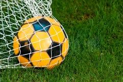 De Bal van het voetbal in Netto Stock Foto's