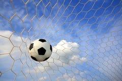 De bal van het voetbal in netto Stock Fotografie