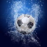De bal van het voetbal onder water stock afbeeldingen
