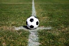 De Bal van het voetbal op Centrum Royalty-vrije Stock Afbeeldingen