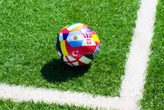 De bal van het voetbal op gebied Stock Afbeeldingen
