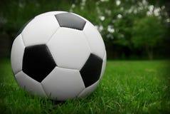 De bal van het voetbal op gras royalty-vrije stock foto's