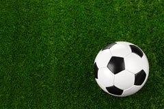 De bal van het voetbal op gras II Stock Afbeeldingen