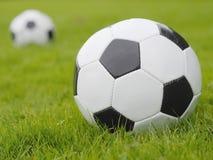 De Bal van het voetbal op Groen Gebied Stock Afbeeldingen