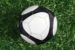 De bal van het voetbal op groen gras stock fotografie