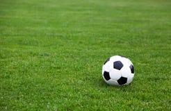 De Bal van het voetbal op het Gebied van het Stadion Royalty-vrije Stock Afbeeldingen
