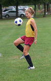 De Bal van het Voetbal van Boucing van de Tiener van de jeugd in Lucht Stock Afbeeldingen
