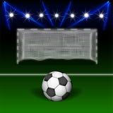 De bal van het voetbal voor de poort Royalty-vrije Stock Afbeeldingen