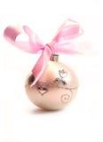 De bal van Kerstmis die op witte achtergrond wordt geïsoleerdt Royalty-vrije Stock Foto's