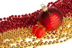 De bal van Kerstmis en huidige doos die op parels wordt geplaatst Royalty-vrije Stock Foto's