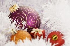 De Bal van Kerstmis in het Bevriezen van de Achtergrond van de Winter Royalty-vrije Stock Afbeeldingen