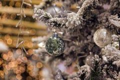 De bal van Kerstmis het hangen op een tak Royalty-vrije Stock Foto's
