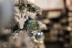 De bal van Kerstmis het hangen op een tak Royalty-vrije Stock Afbeelding