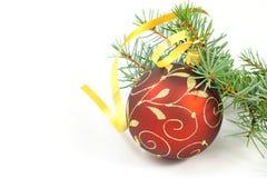 De bal van Kerstmis met Kerstmisboom over wit Royalty-vrije Stock Foto's