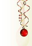 De bal van Kerstmis met krullend lint Stock Foto's