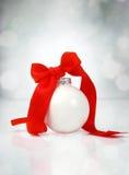 De bal van Kerstmis met lint Royalty-vrije Stock Afbeeldingen
