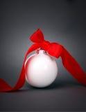 De bal van Kerstmis met lint Stock Afbeeldingen
