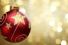 De bal van Kerstmis op abstracte lichte achtergrond Royalty-vrije Stock Afbeelding