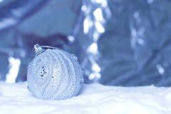 De bal van Kerstmis op abstracte lichte achtergrond Royalty-vrije Stock Fotografie