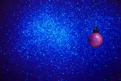 De Bal van Kerstmis op Blauwe Achtergrond royalty-vrije stock foto's