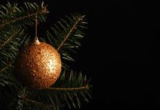 De bal van Kerstmis op de Kerstboom Royalty-vrije Stock Afbeeldingen
