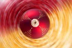 De bal van Kerstmis op radiale onduidelijk beeldachtergrond Stock Fotografie