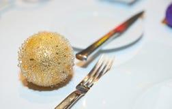 De bal van Kerstmis op restaurantlijst Royalty-vrije Stock Foto