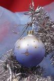 De bal van Kerstmis op zilveren spar royalty-vrije stock afbeelding