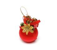 De bal van Kerstmis van rode kleur met een een goldish langs bloem en lint Stock Foto