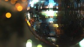 De bal van de spiegeldisco tegen bokehachtergrond Vreugde, het dansen of partijconcepten het 3d teruggeven Royalty-vrije Stock Foto