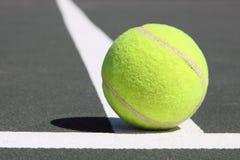 De bal van Tenis op witte lijn Stock Foto