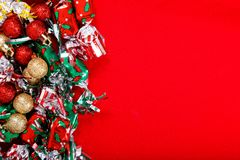 De balachtergrond voor Vakantiepartij, het nieuwe jaar, Kerstmis of Verjaardagssuikergoed en schittert bal op rode achtergrond stock afbeelding