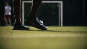 De balbewegingen op het gras, de speler vangt zijn hand stock video