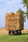 De balen van het stro op een aanhangwagen. Stock Foto