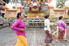 De Balinese vrouwen in Ubud treffen voor Koninklijke Familiebegrafenis voorbereidingen - 27 Februari 2018 Royalty-vrije Stock Afbeelding