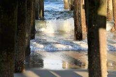 De balken en de stralen die de strand visserijpijler steunen stock afbeelding