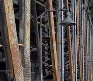 De balken van de staalbrug met lamp royalty-vrije stock afbeeldingen