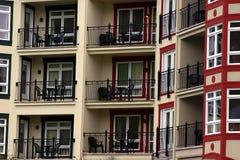 De Balkons van het flatgebouw met koopflats Stock Afbeelding