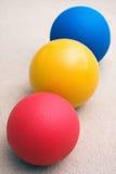 De ballen die van de geneeskunde in een lijn zitten stock foto
