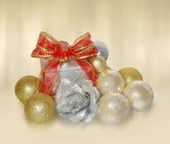 De ballen en de gift van Kerstmis Royalty-vrije Stock Foto