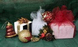 De ballen en de giften van Kerstmis Royalty-vrije Stock Foto