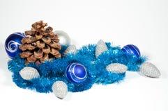 De ballen en de kegels van Kerstmis Stock Foto's