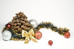 De ballen en de kegels van Kerstmis Stock Afbeelding