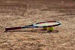De ballen en de racket van het tennis. Stock Foto's